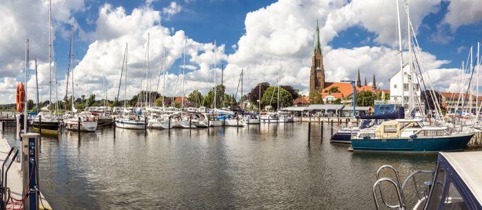 Panorama von der Marina im Hafen von Schleswigund dem Dom im Hintergrund