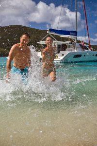 Von einer gecharterten Yacht aus lassen sich auch bekannte Urlaubsdestinationen im Mittelmeer ganz neu entdecken. Foto: djd/Sunsail